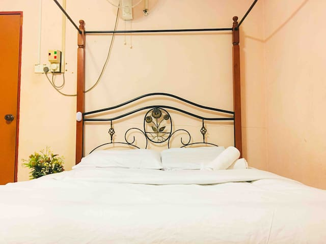 Bungalow Queen Bed Shared Shower in City Center