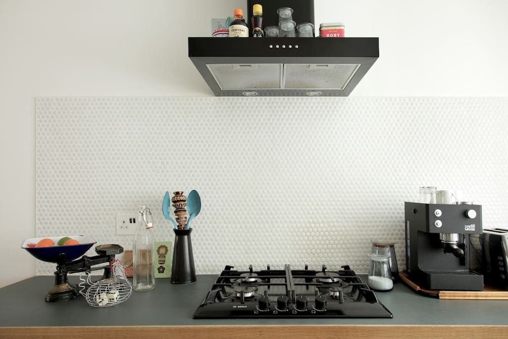 Kitchen with gas hob and espresso machine, that can be used
