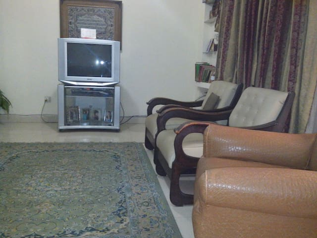 Comfy Room with real bed/washroom . - Lahore  - Haus