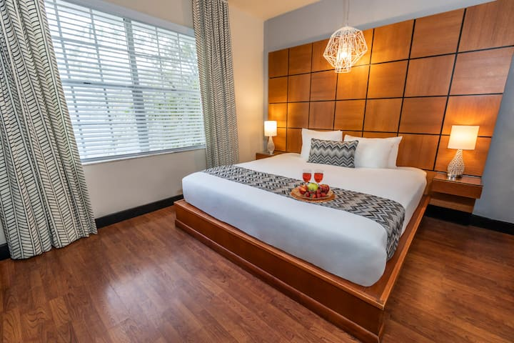 Stylish Room with King Bed on Collins Avenue at the Chesterfield Hotel, Next to Ocean Drive and the Beach