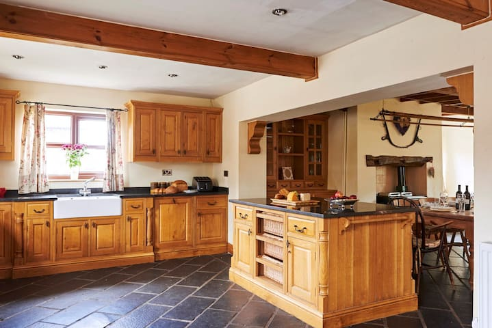 SWALLOWS FARM HOUSE Sleeps 24