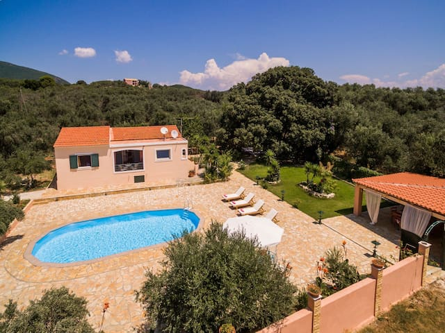 Detached house with privacy and swimming pool