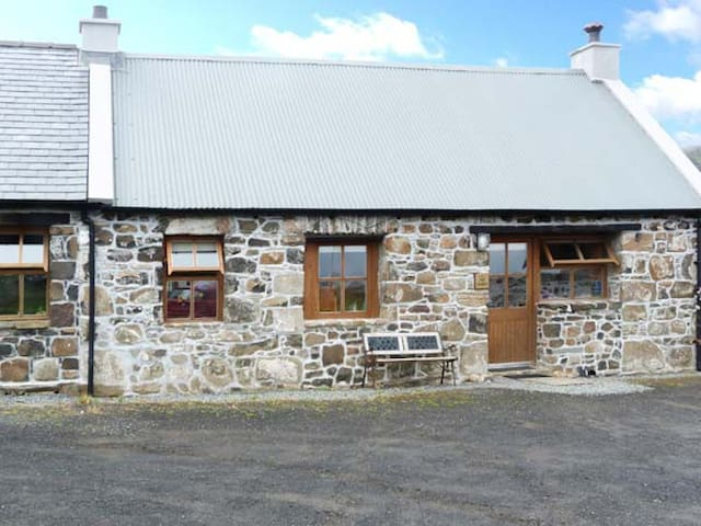 THE BARN, pet friendly, with open fire in Staffin, Ref 5690