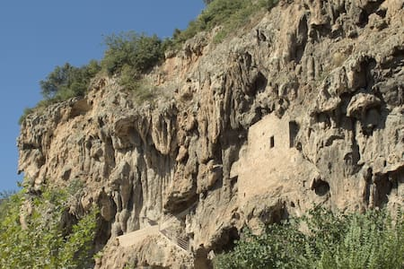 maison troglodyte dans la falaise de tuff - Cotignac