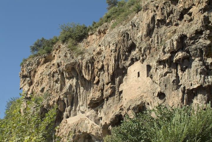 maison troglodyte dans la falaise de tuff