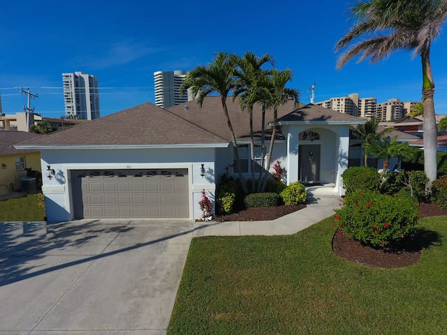 Renovated 3 BR 3 BA Home 1 block from the beach
