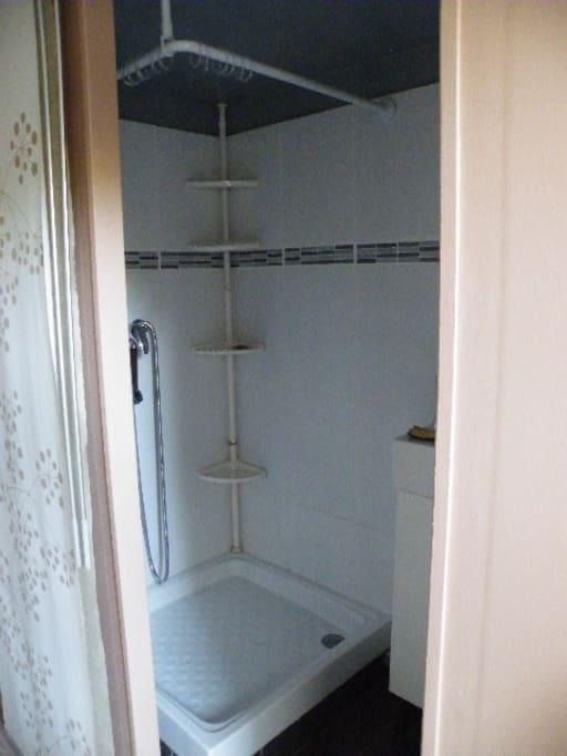 Coin douche avec un bac très bas