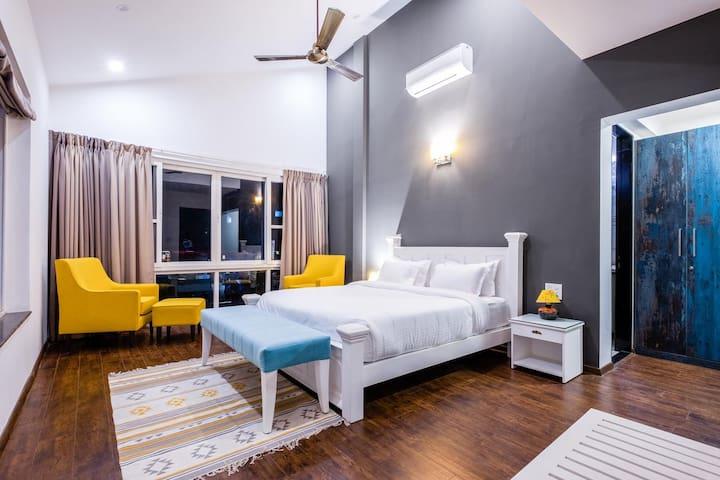 Guest Room – Queen Size Bed, fresh bed linen, Closet & En-suite
