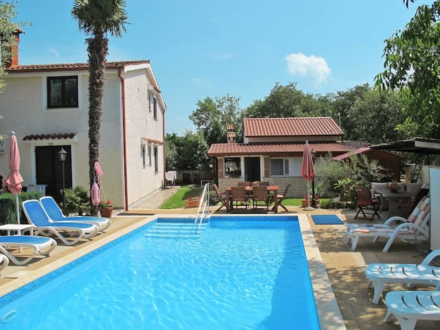 One bedroom apt in a holiday house Nena w/ lovely pool area