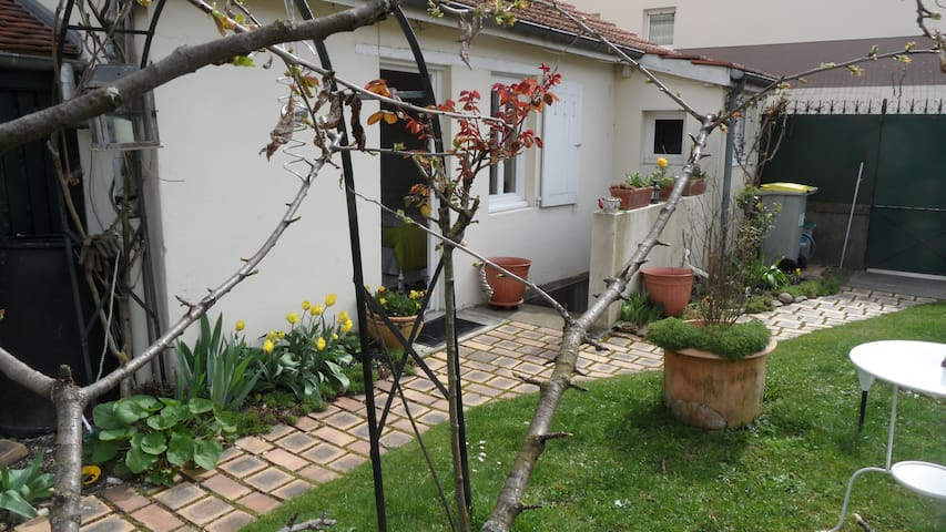Cute independt studio in my garden! - Dijon - Pis