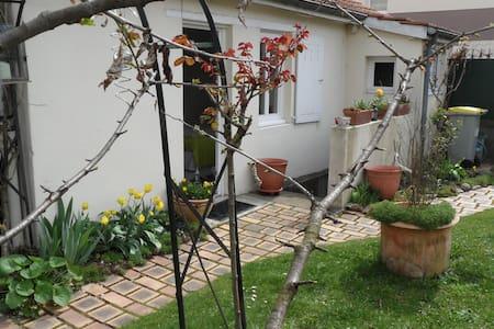 Joli studio indépendant ds jardin! - ดีชง - อพาร์ทเมนท์