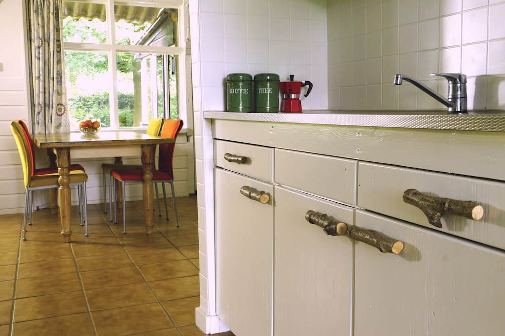 fridge, kitchenstove, coffeemachine, toaster, books