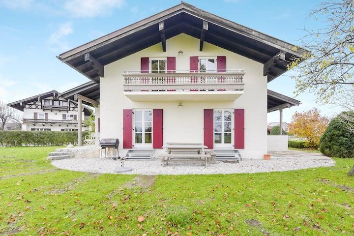 Ferienhaus Quartier Homann mit Bergblick, Terrassen, Garten und WLAN, Parkplätze und Garage vorhanden, ein Hund erlaubt