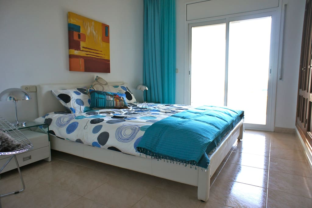 Poolside Bedroom - Double bed with private bathroom