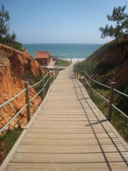 Acesso à Praia da Falésia - Alfamar (com café, esplanada e WC).