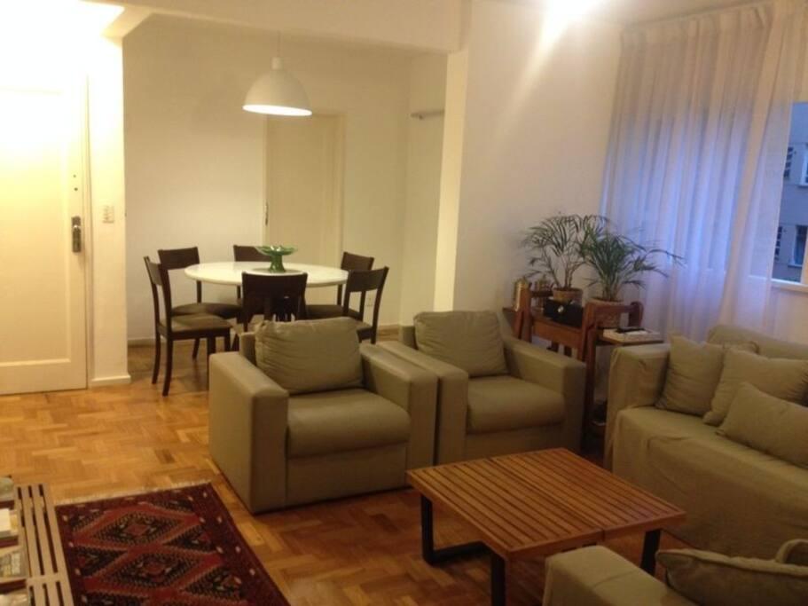 Sala de Estar/TV e sala de jantar ao fundo - Living/TV Room and Dining Room in the background