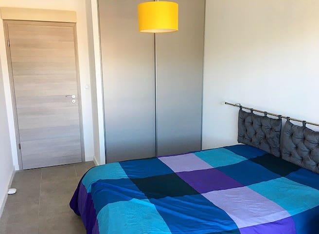 Chambre avec literie neuve et placard