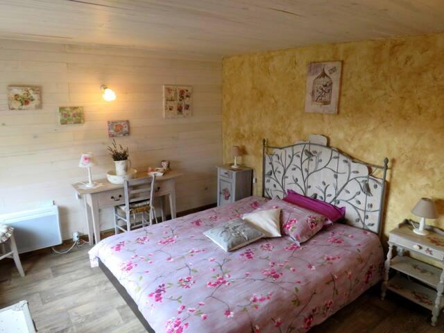 la 1ère chambre et son lit king size