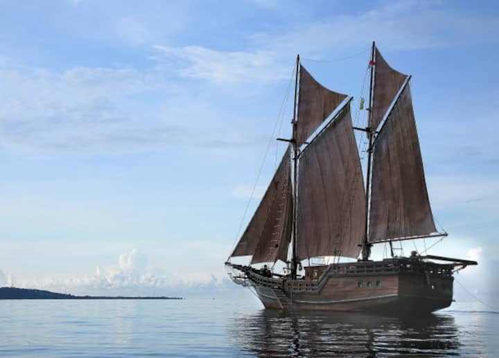 Your Own Luxury Phinisi Pirate Yacht in the Gilis