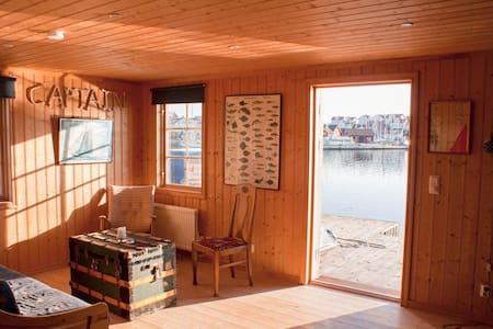 Tiny Red Boathouse, Big Blue View - Mollösund - Casa de campo