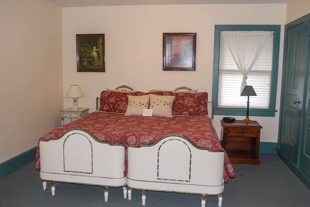 Centennial inn guest house 8 bed and breakfasts for for Tiny house holland michigan