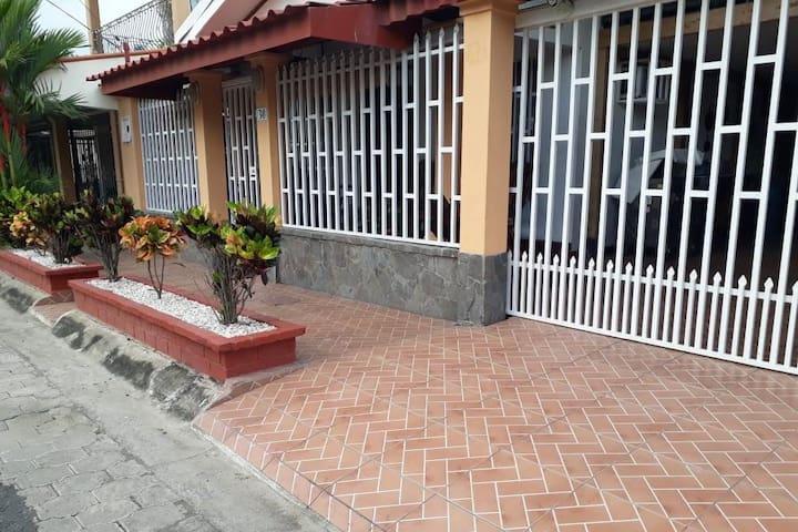 Habitación con baño privado en Puntarenas