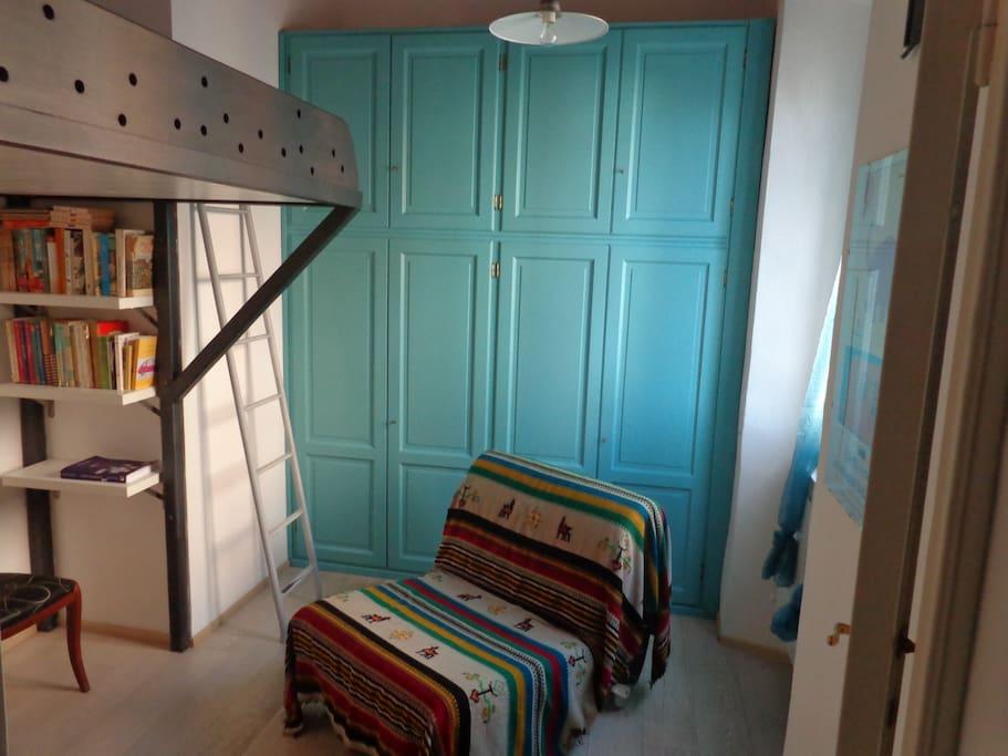 il matrimoniale in soppalco, poltrona letto, armadio azzurro