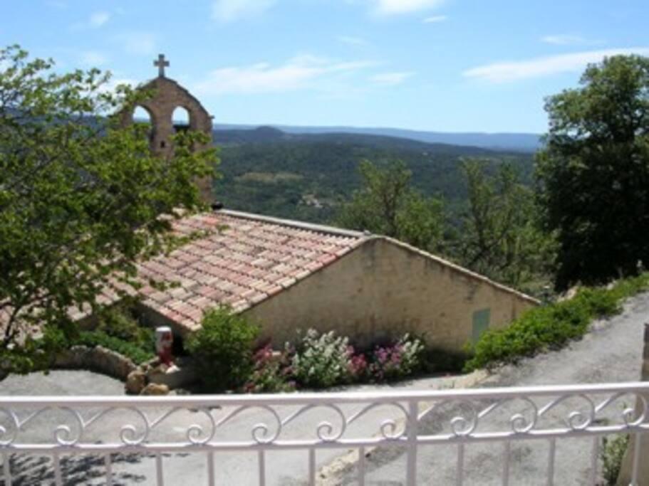Vue sur l'Eglise de Suzette depuis la terrasse du 1er étage