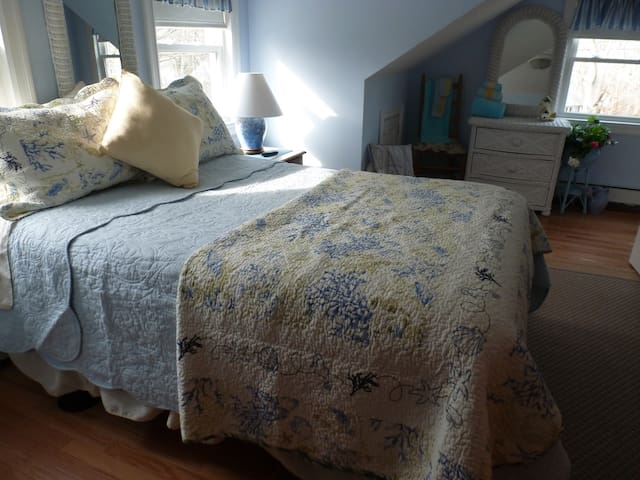 Cape Cod Blue Wicker Room Walk To Beach Bourne - Bourne - Huis