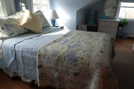 Cape Cod Blue Wicker Room Walk To Beach Bourne - Bourne - Casa