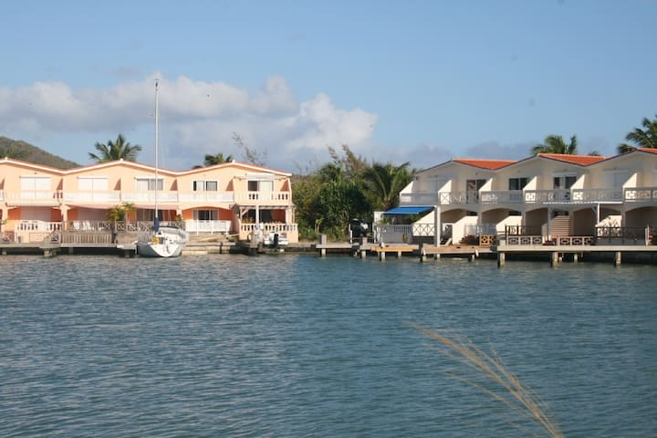 Lovely 2 bedroom Waterfront villa! - Jolly Harbour - House