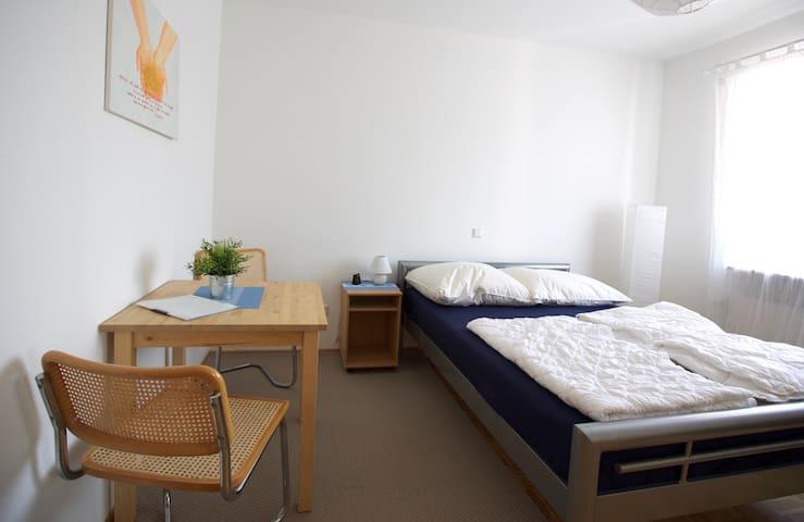 komfortables Doppelzimmer mit Babybett - Neuenstadt am Kocher