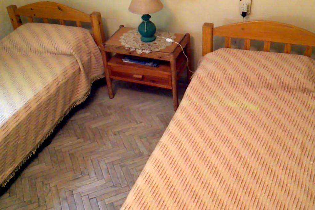Dormitorio secundario con ventana al fondo arbolado