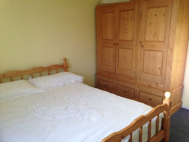 Comfy Cotswolds - spacious DBL bedroom (listing 1) - Brockworth - Casa
