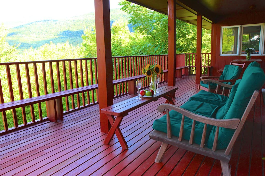 Gorgeous views! Dine outside at the 6 Bedroom, 3 bath Mt Views House!