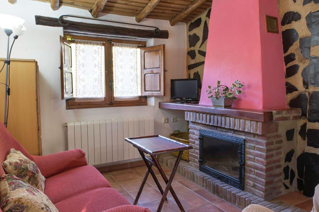 Salón-cocina con chimenea