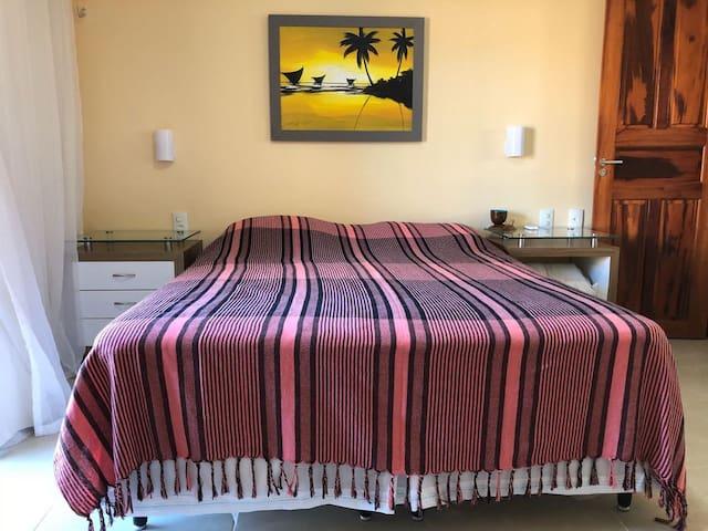 Cama de casal e cômodas