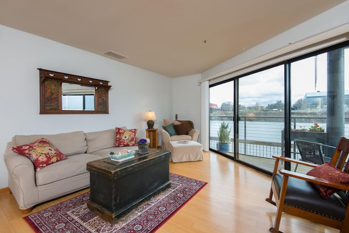 WATERFRONT, NW  DISTRICT CONDO