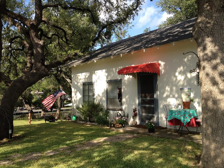 Charming waterfront cottage, perfect for family!