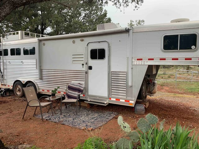 Cozy Living Quarters Horse Trailer-beautiful view