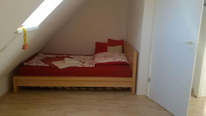 Gemütliches Zimmer unter dem Dach - Hoppegarten - House