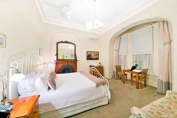 Arundels Boutique Accommodation King Bay Spa Room