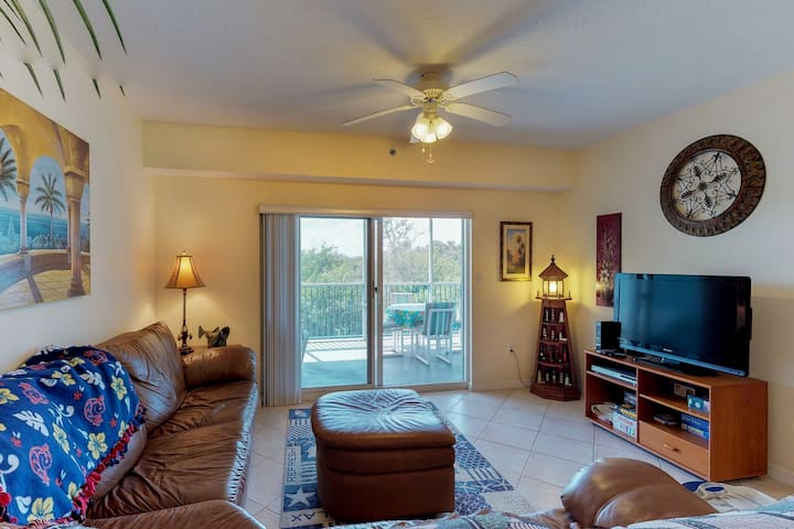 Deluxe dog-friendly condo w/ shared pool, hot tub, & sports courts near beach!