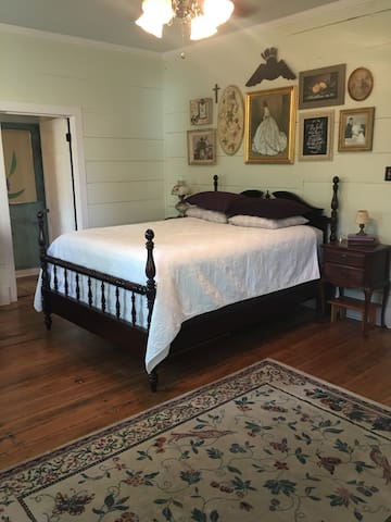The Ross Room- Historic b&b - Stone Mountain - Bed & Breakfast