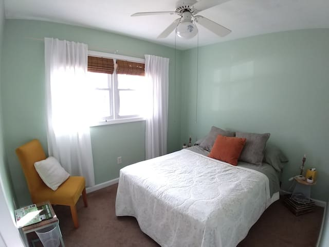 Private Room in Bright and Cozy Home close to VT 1