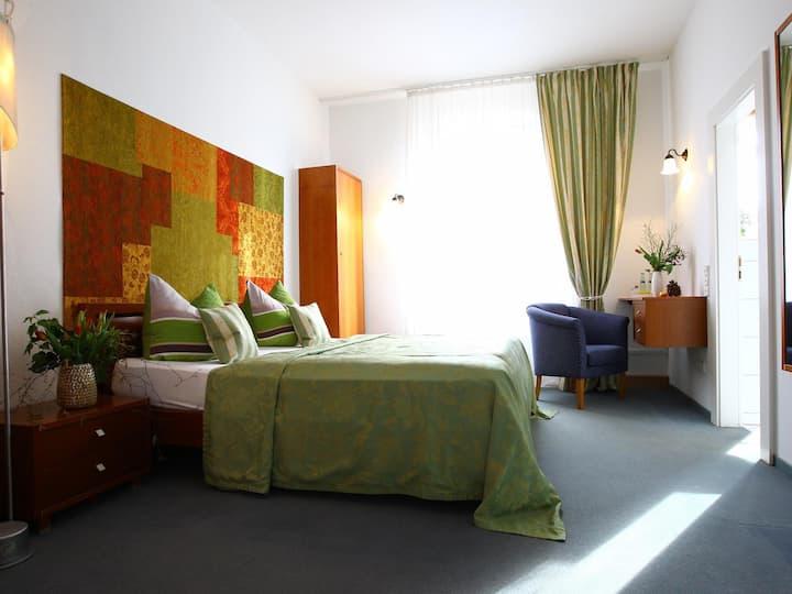 Standard Doppelzimmer mit Blick in den Burggarten