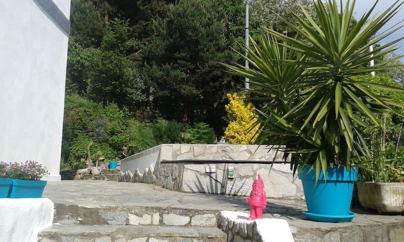 Bajardo, moderne Ferienwohnung in Villa mit Pool