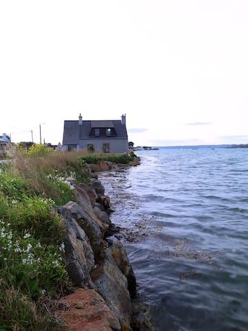 Maison de pêcheur au bord de l'eau