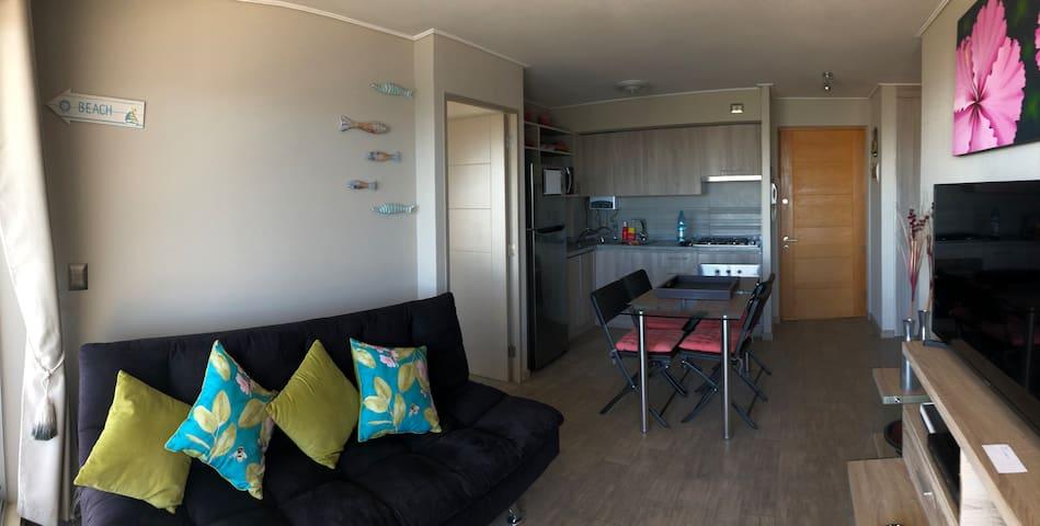 Sala de estar con salida a la terraza y vista al mar