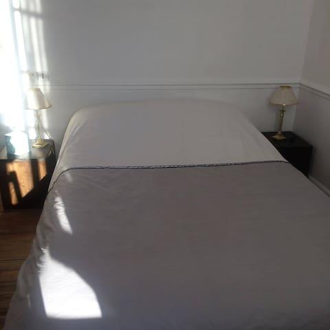 chambre et salle de bain privées centre Epernay - Épernay - Townhouse